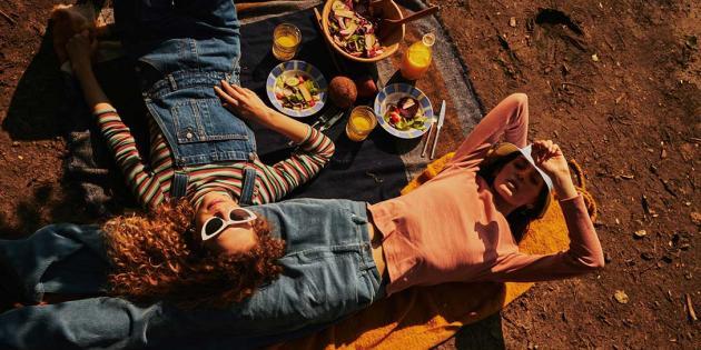 Shopping bei 24colours in Berlin, zwei junge Frauen in modischer Kleidung beim Picknick